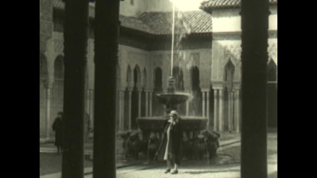vidéos et rushes de archival film of the alhambra palace with the magnificent court of the lions. an excellent example of moorish architecture. - souvenirs