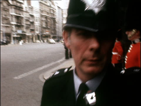 vidéos et rushes de archive footage of punks on kings road royal guards standing guard / policeman along / dave vanian in black glasses and clothes standing - punk