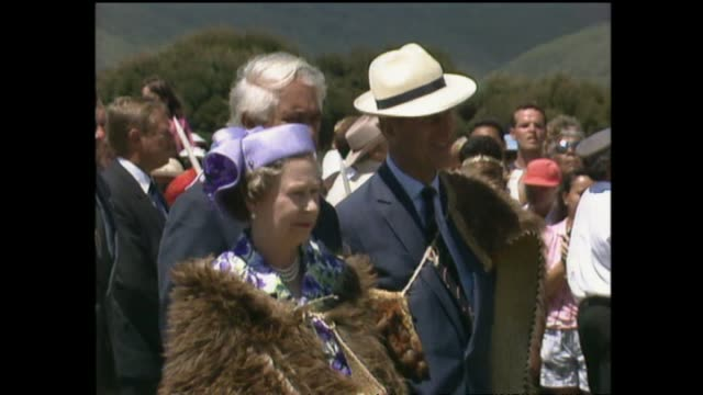 archive footage of queen elizabeth ii receiving a maori welcome at waitangi for waitangi day celebrations during the 1990 royal tour to new zealand. - ニュージーランド べイ・オブ・アイランズ点の映像素材/bロール