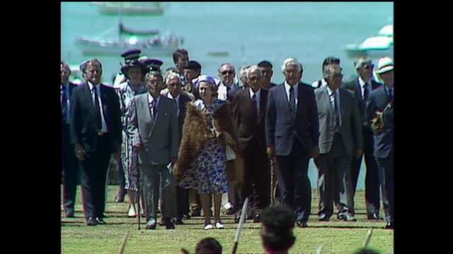 vídeos y material grabado en eventos de stock de archive footage of queen elizabeth ii receiving a maori welcome at waitangi for waitangi day celebrations during the 1990 royal tour to new zealand. - bahía de islas nueva zelanda