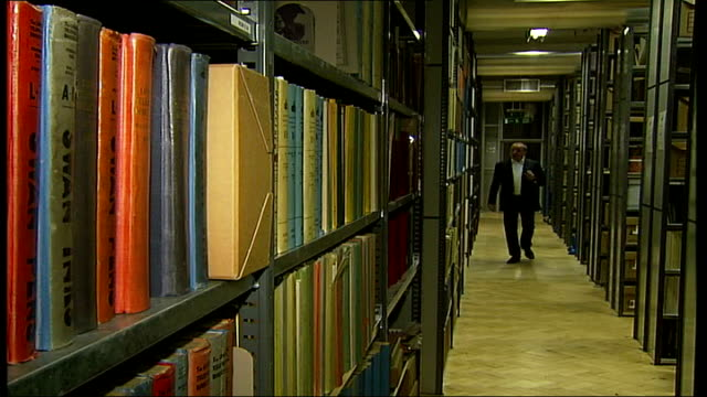 stockvideo's en b-roll-footage met launch of online versions of telephone directories england london holborn british telecom [bt] archives int reporter to camera dissolve to - british telecom