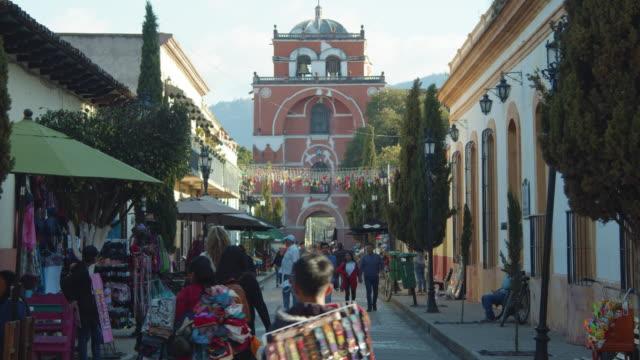 arco del carmen historical arch at san cristobal de las casas street - chiapas stock-videos und b-roll-filmmaterial
