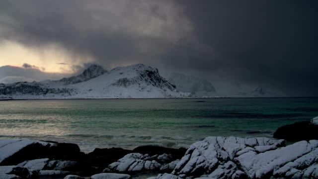 vídeos de stock, filmes e b-roll de arctic litoral norte da noruega - forma da água