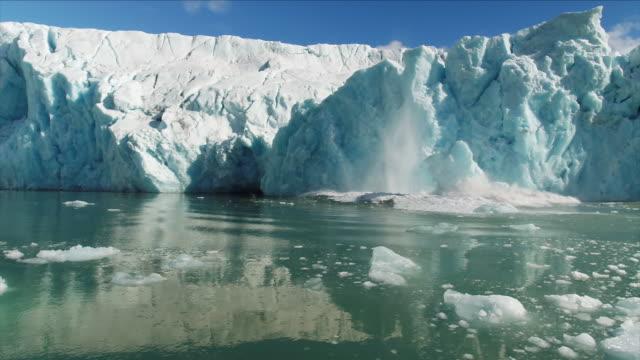 vídeos y material grabado en eventos de stock de arctic iceshelf collapsing - fundir técnica de vídeo