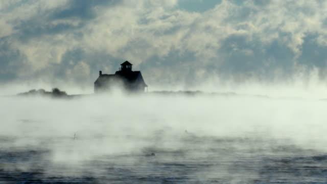 vídeos de stock, filmes e b-roll de fumaça do mar ártico no porto de portsmouth - forma da água