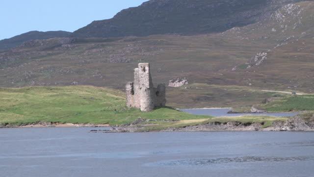 vídeos de stock, filmes e b-roll de zo ardvreck castle nestled on cape wrath peninsula / laxford bridge, northern highlands, scotland - formato letterbox
