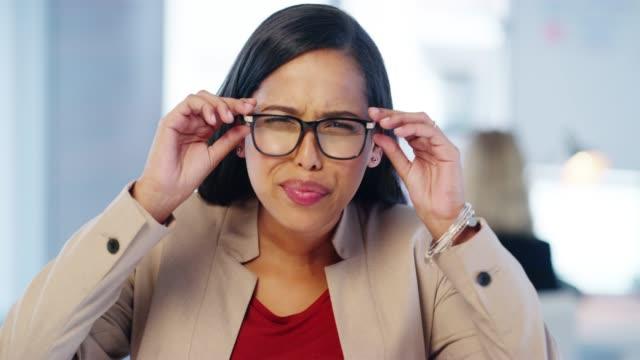 vídeos de stock e filmes b-roll de are these glasses right for me? - olhos fechados