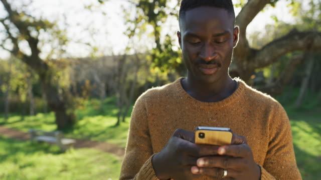 vidéos et rushes de sommes-nous jamais vraiment seuls avec les médias sociaux? - détermination intérieure