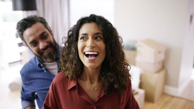 vídeos de stock, filmes e b-roll de você está pronto para ver a nossa nova casa? - marido