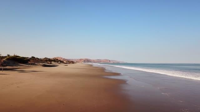 vidéos et rushes de areal d'une plage dorée et des dunes de sable avec l'océan et les vagues - péruvien