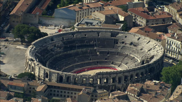 stockvideo's en b-roll-footage met aerial, arena of nimes, languedoc-roussillon, france - amfitheater
