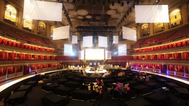 arena setup - at the fashion awards 2019 at royal albert hall on december 2, 2019 in london, england. - royal albert hall点の映像素材/bロール