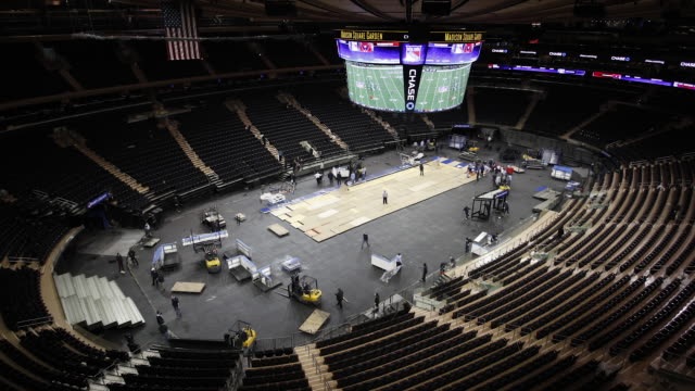 vídeos de stock e filmes b-roll de arena workers convert madison square garden from basketball to hockey configuration on december 8, 2013 in new york city. - madison square garden
