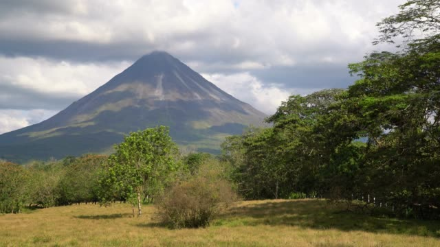 ds arenal volcano - costa rica video stock e b–roll