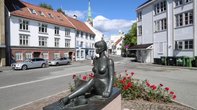 vídeos de stock, filmes e b-roll de arendal, statue of a woman near the harbor - figura feminina