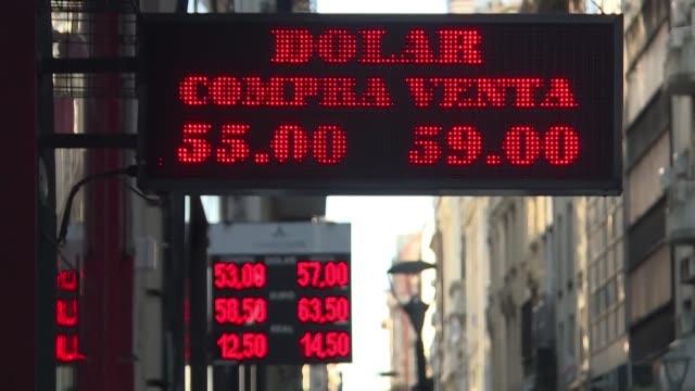 argentina sufrio el martes una segunda jornada de incertidumbre economica con un arranque negativo del mercado cambiario y el riesgo pais en alza... - mauricio macri stock videos and b-roll footage