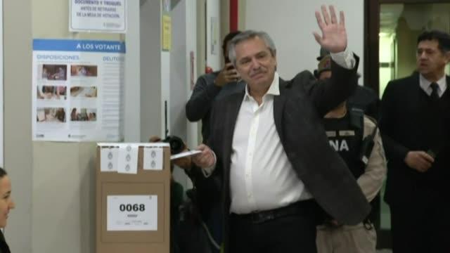 stockvideo's en b-roll-footage met argentina's centerleft candidate alberto fernandez whose running mate is former president and macri's predecessor cristina kirchner votes in the... - presidentskandidaat