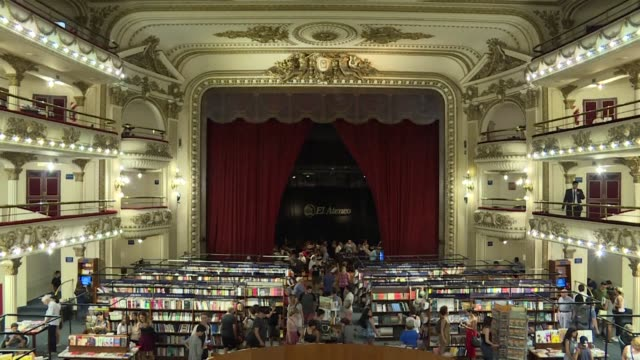 argentina's iconic bookstore ateneo grand splendid has just been named the world's most beautiful bookstore by travel magazine national geographic - letteratura video stock e b–roll