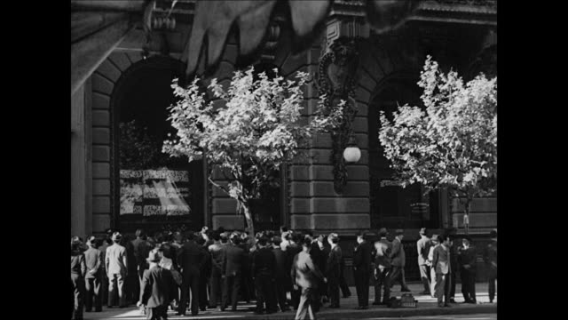 vidéos et rushes de argentine crowd on street reading world war ii news bulletins. bulletins in spanish & portuguese. crowd reading. wwii - 1944
