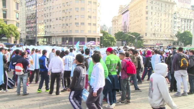 argentine fans were gathering on the plaza de la republica on sunday a few hours before they watch their national team take on germany in the world... - sportweltmeisterschaft stock-videos und b-roll-filmmaterial