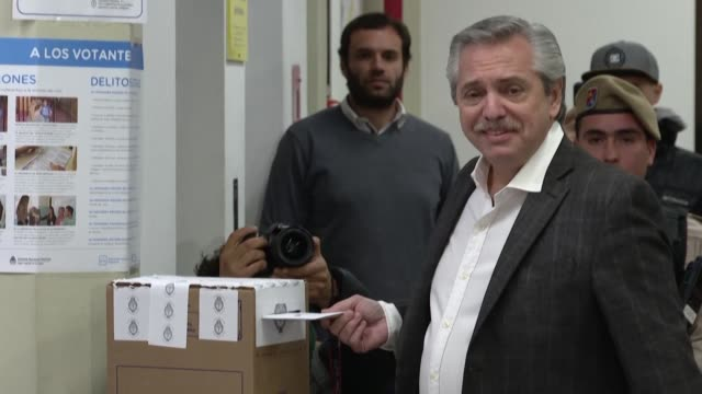 stockvideo's en b-roll-footage met argentine presidential candidate alberto fernandez from the frente de todos political party casts his vote during primaries elections in buenos aires - presidentskandidaat