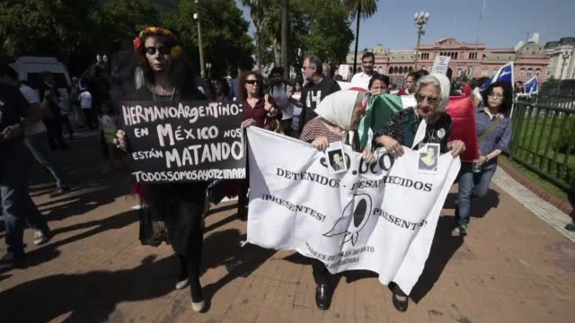 vídeos de stock, filmes e b-roll de argentine rights group madres de plaza de mayo join mexicans living in buenos aires to demand the return of 43 students who went missing in southern... - méxico central