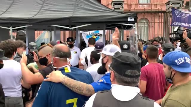 argentines bid farewell to one of the nation's legendary football players diego maradona on thursday . people visit his casket lying in state at the... - 正装安置点の映像素材/bロール