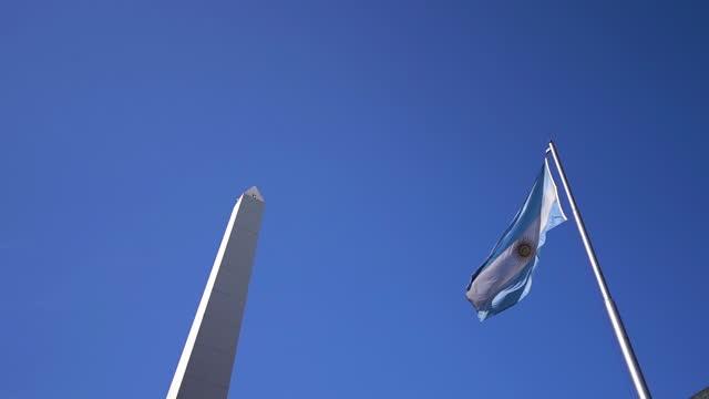 argentinische flagge und obelisco-denkmal - obelisk stock-videos und b-roll-filmmaterial