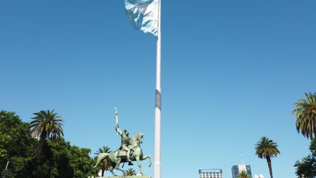 argentinische flagge weht im wind in der nähe des regierungspalastes, buenos aires - argentinische flagge stock-videos und b-roll-filmmaterial