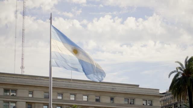 argentinische flagge weht über der plaza de mayo - argentinische flagge stock-videos und b-roll-filmmaterial