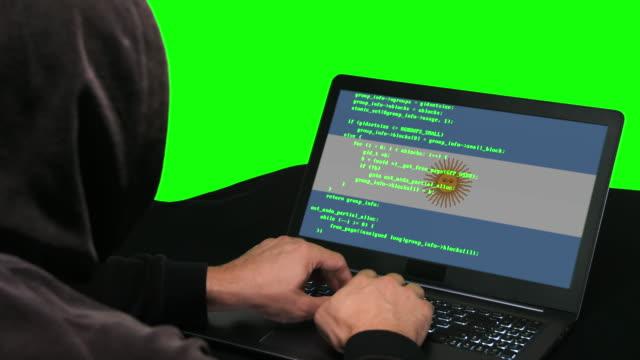 argentinische hacker typisieren code hacking auf seinem laptop mit argentinischer flagge auf dem grünen bildschirm hintergrund - schwarzes hemd stock-videos und b-roll-filmmaterial