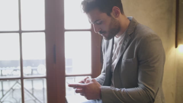 argentinsk startup ägare på bar - latin american and hispanic ethnicity bildbanksvideor och videomaterial från bakom kulisserna