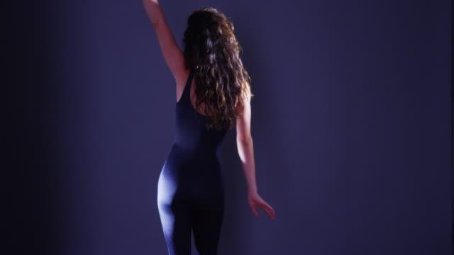 stockvideo's en b-roll-footage met argentinian woman dancing in studio - gympak