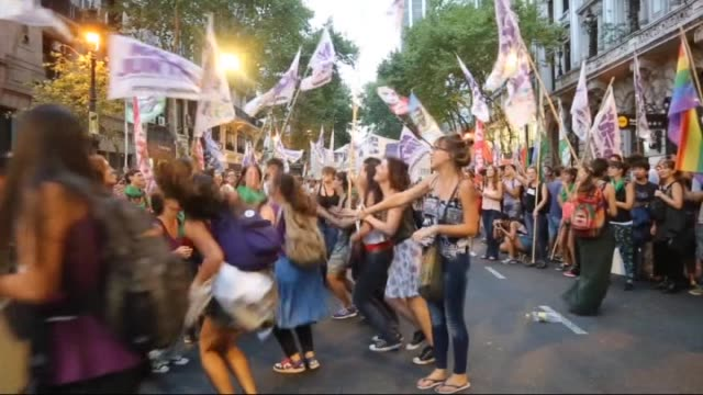 vidéos et rushes de argentinian women holding banners and flags walk from national congress to may square, in front of presidential palace casa rosada, in order to... - amérique du sud