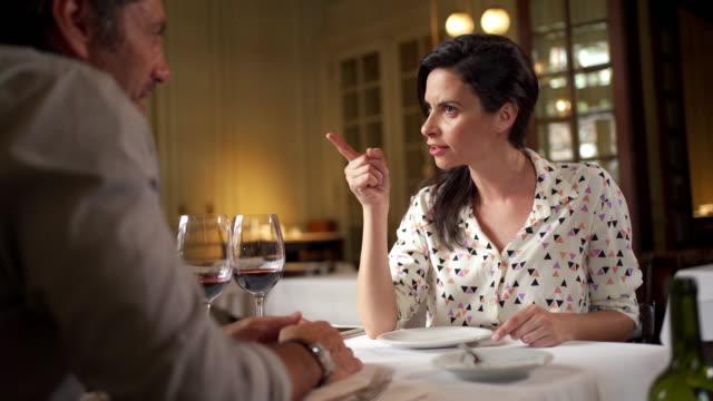 streitpaar mit beziehungsproblemen in einem restaurant - wut stock-videos und b-roll-filmmaterial