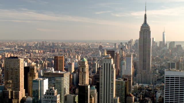 arial vista sulla città con l'empire state building di new york - new york stato video stock e b–roll