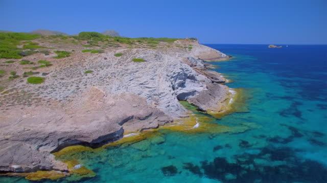 Arial Ansicht von Cala des Matzoc von Ses Maganetes in Richtung Cap de Ferrutx mit Wachturm Talaia Moreia an Nordostküste auf der spanischen Baleareninsel Mallorca / Spanien