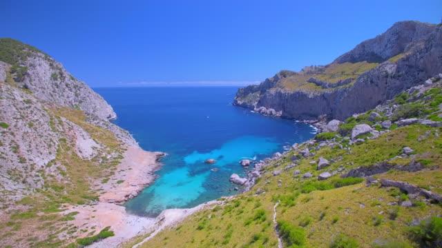 arial ビューのカラ フィグエラ コミュニティ希望、バレアレス マヨルカ島にキャップ フォーメントーの近くの湾/スペイン - 見渡す点の映像素材/bロール