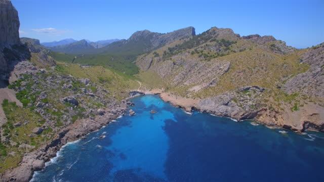 Arial Ansicht von Cala Figuera und Serra de Tramuntana-Gebirge in der Nähe von Cap Formentor auf der spanischen Baleareninsel Mallorca / Spanien