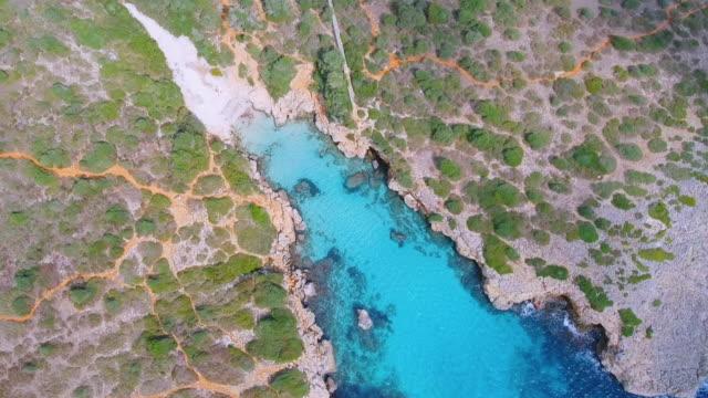 vídeos y material grabado en eventos de stock de ver arial de cala petita una bahía cerca de porto cristo en la costa este en español baleares isla de mallorca - acantilado