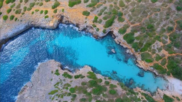 Arial Ansicht von Cala Petita einer kleinen Bucht an der Ostküste auf der spanischen Baleareninsel Mallorca