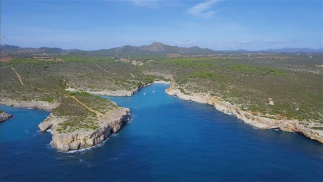 マヨルカ東海岸のスペイン バレアレス島の海岸線の arial ビュー/スペイン - 見渡す点の映像素材/bロール