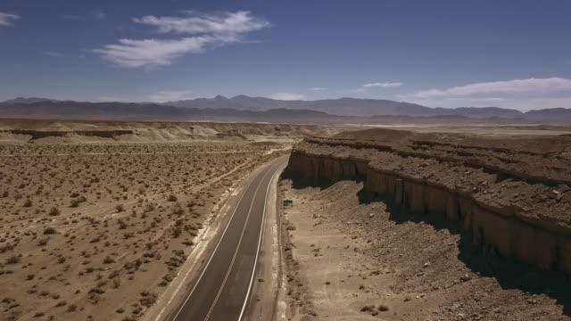 vídeos y material grabado en eventos de stock de arial view of empty road in the desert - carretera vacía