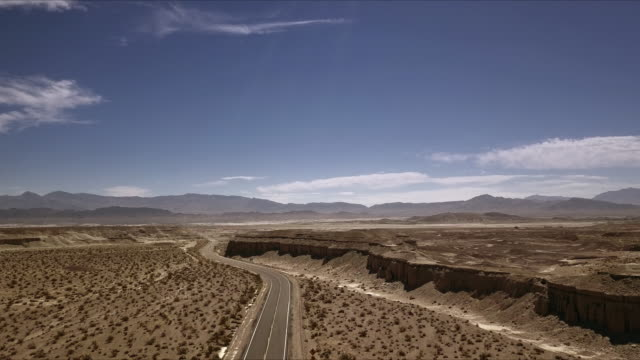 arial view of empty road in the desert - death valley stock-videos und b-roll-filmmaterial
