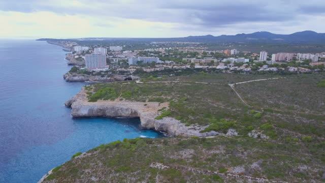 休日の arial ビュー リゾート cales デ マヨルカとカラ アンテナ バレアレス マヨルカ島の東海岸の湾 - 見渡す点の映像素材/bロール