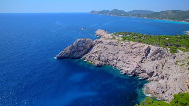 灯台 - デ カプデペラのところや岩の多い海岸線バレアレス マヨルカ島の北東部の海岸の arial ビュー/スペイン - 見渡す点の映像素材/bロール