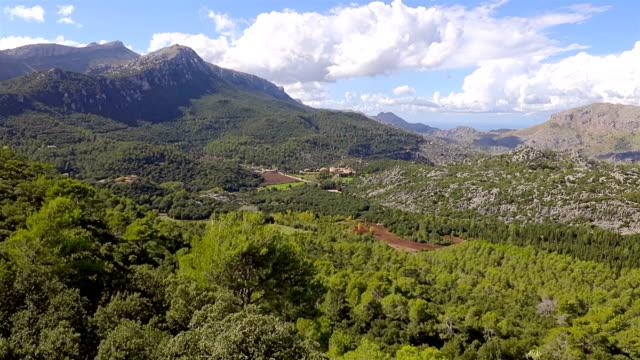 arial ビューの山脈セラ ソリェルのトラムンタナ山脈と背景修道院 santuari ・ デ ・ リュク マヨルカ島/スペイン - 見渡す点の映像素材/bロール