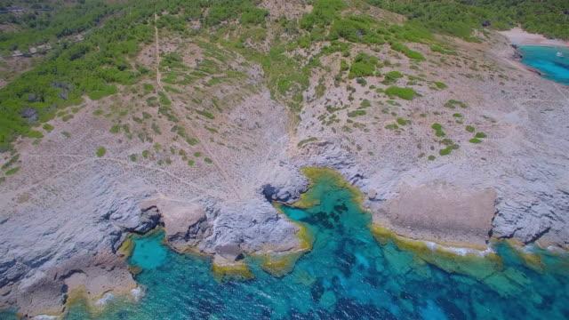 バレアレス マヨルカ島海岸の北東の ses maganetes キャップ ・ デ ・ ferrutx の方が小さな湾カラ estreta の arial ビュー/スペイン - 見渡す点の映像素材/bロール