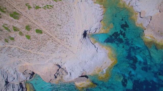 Arial Ansicht der kleinen Bucht Cala Estreta von Ses Maganetes in Richtung Cap de Ferrutx auf Norhteast coast auf der spanischen Baleareninsel Mallorca / Spanien