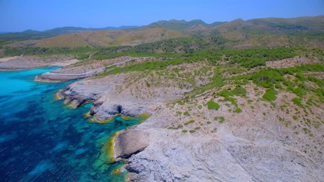 バレアレス マヨルカ島海岸の arial 北東に ses maganetes キャップ ・ デ ・ ferrutx の方で小さな入り江観/スペイン - 見渡す点の映像素材/bロール